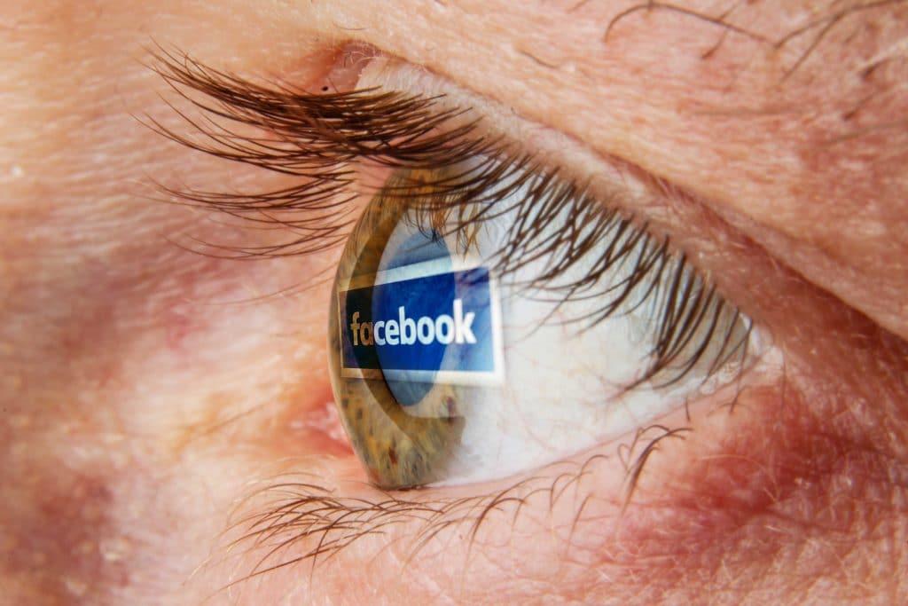 Imagem do logotipo do Facebook refletida na retina