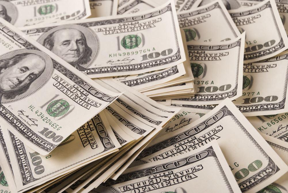 Imagem mostra uma porção de notas de 100 dólares espalhadas