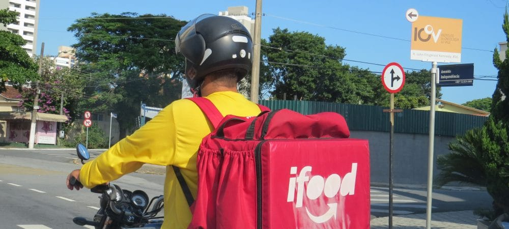 Motoboy usando mochila do iFood