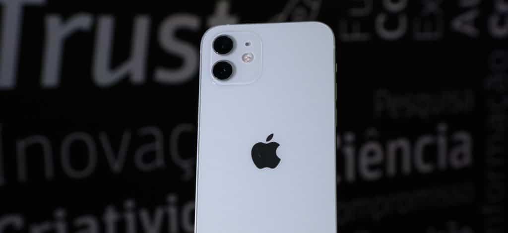 Imagem mostra um iPhone 12, smartphone cujo sucessor deve trazer o processador A15, teoricamente já em produção