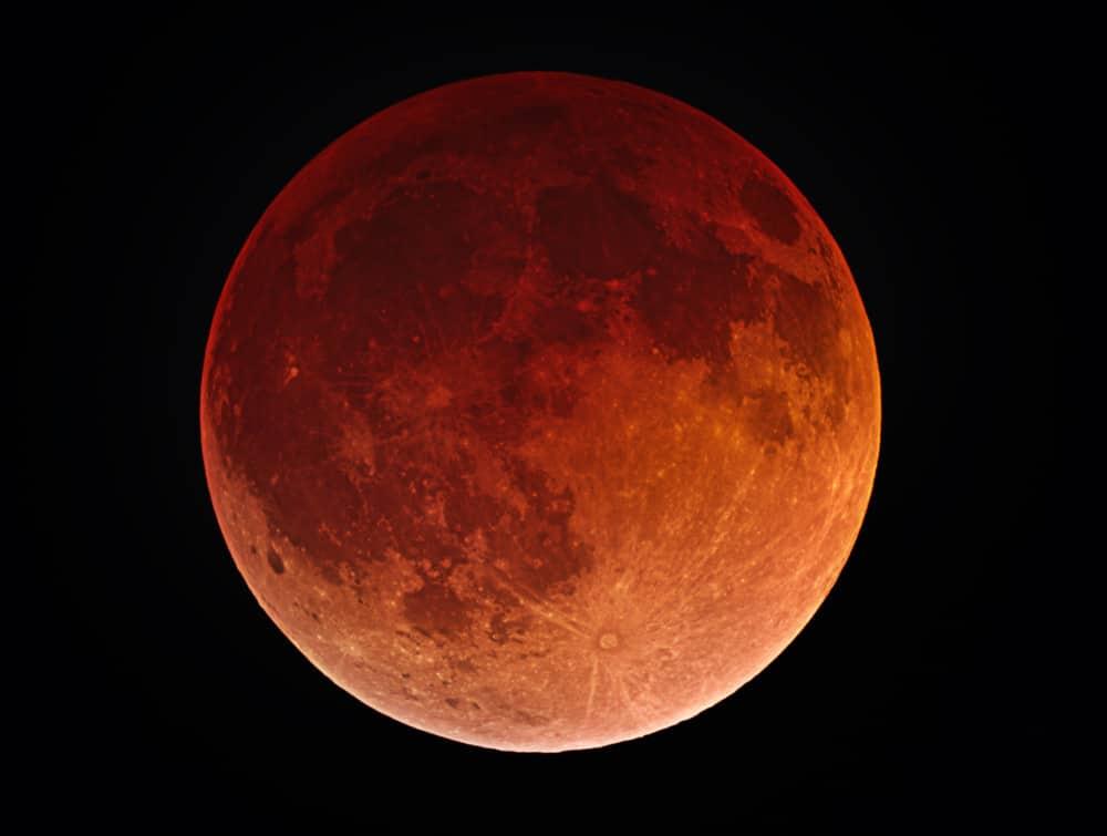 """""""Lua de Sangue"""": fenômeno acontece quando a sombra da Terra recai sobre a Lua durante um eclipse lunar total."""