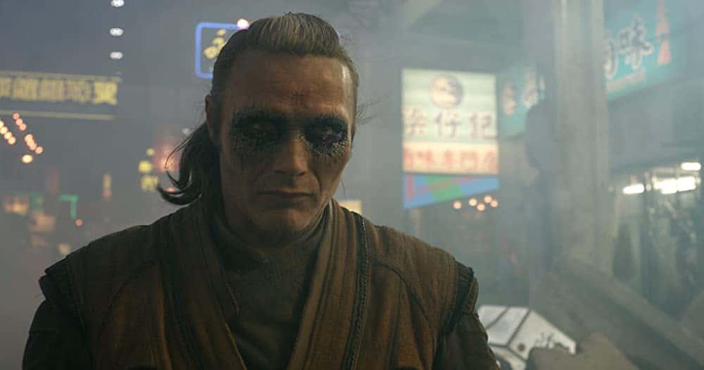 """Captura de imagem mostra cena do filme """"Doutor Estranho"""", com Mads Mikkelsen ao centro. Ator dinamarquês foi confirmado no elenco de """"Indiana Jones 5""""."""