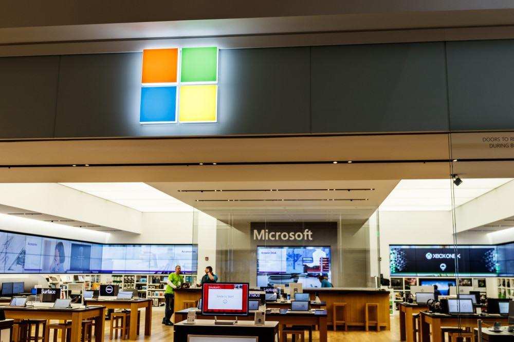 Imagem mostra o logotipo da Microsoft na fachada de uma das lojas da empresa. Créditos: Jonathan Weiss/Shutterstock