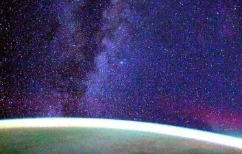 Astronaut films the Earth and the Milky Way from the Space Station; Look