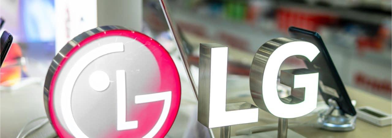 La imagen muestra el logotipo de LG frente a algunos de los teléfonos inteligentes de la compañía.