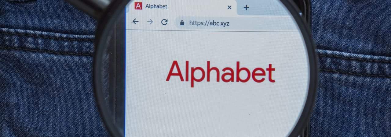 Logo da Alphabet exibido em smartphone
