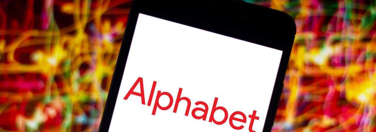 Logo da Alphabet, dona do Google, exibido em smartphone