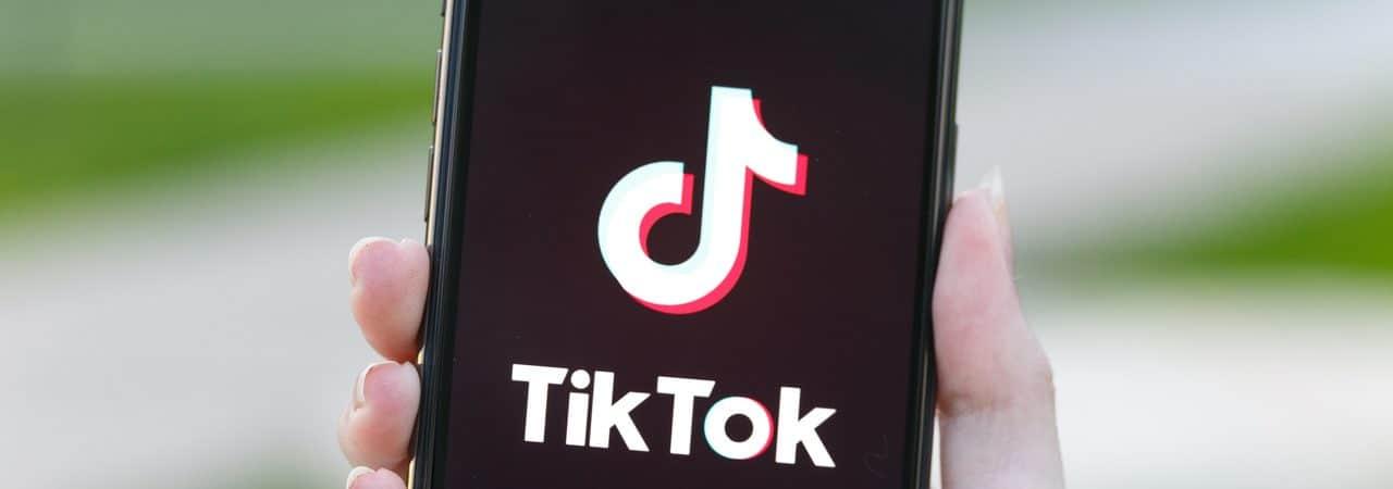 Logo do TikTok exibido em smartphone