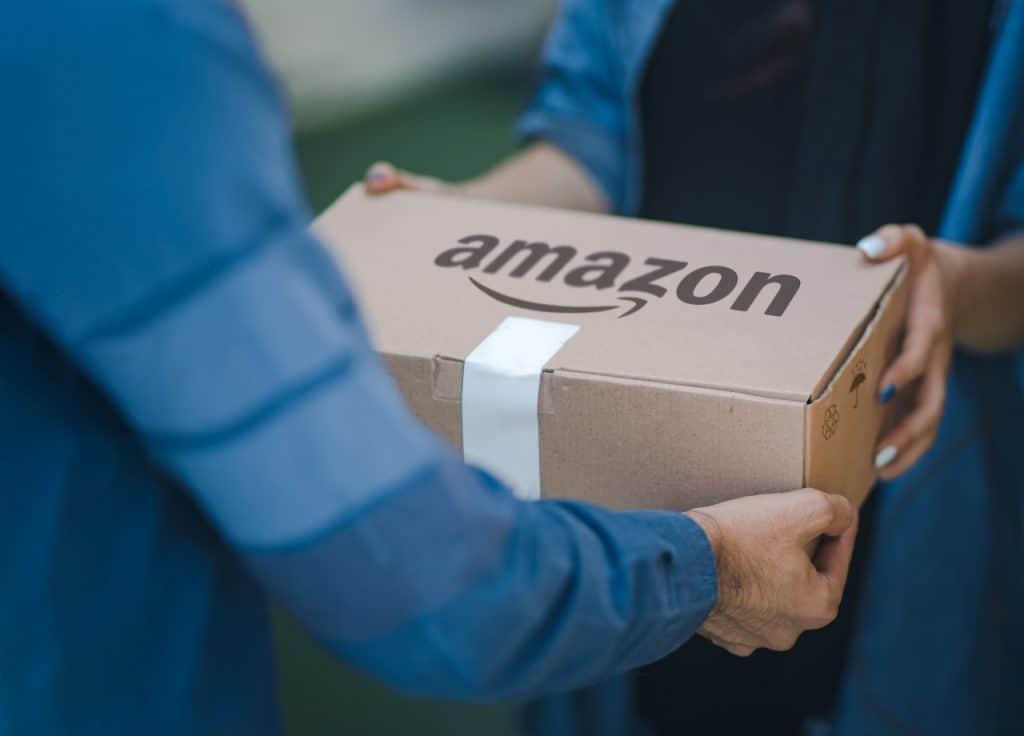 Pedido da Amazon sendo entregue ao consumidor