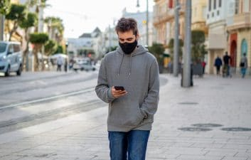 "'Heads Up': Google tests feature that ""scolds"" those who walk looking at the smartphone"