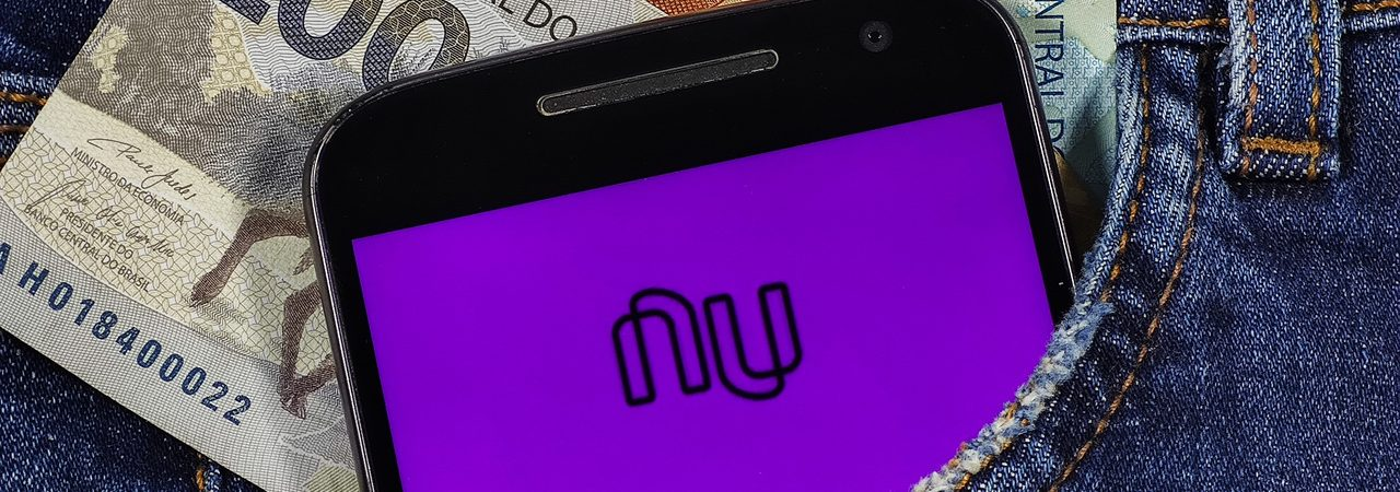 App do Nubank aberto em smartphone