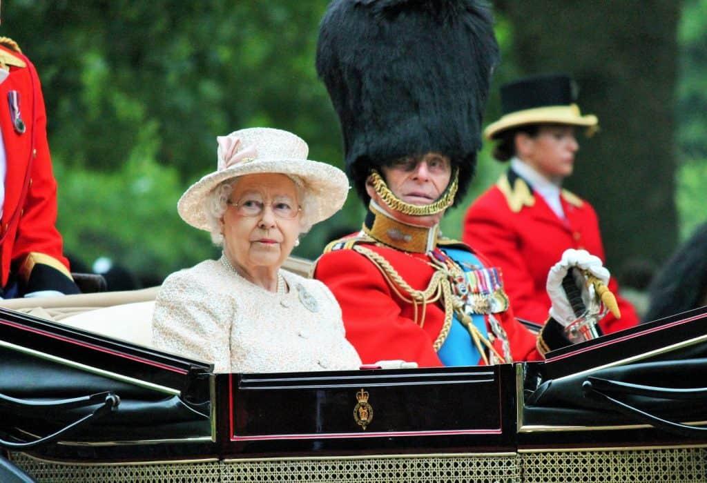 Rainha Elizabeth II e Príncipe Philip, na carruagem Aniversário da Rainha Elizabeth em 13 de Junho de 2015, em Londres. Imagem: Lorna Roberts/Shutterstock