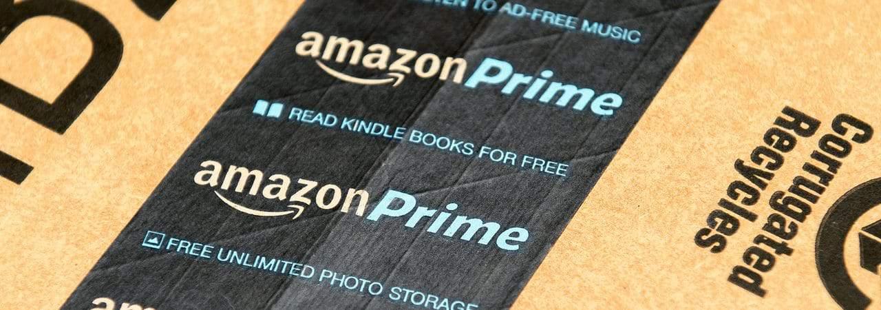 Etiqueta da Amazon Prime em caixa de encomenda