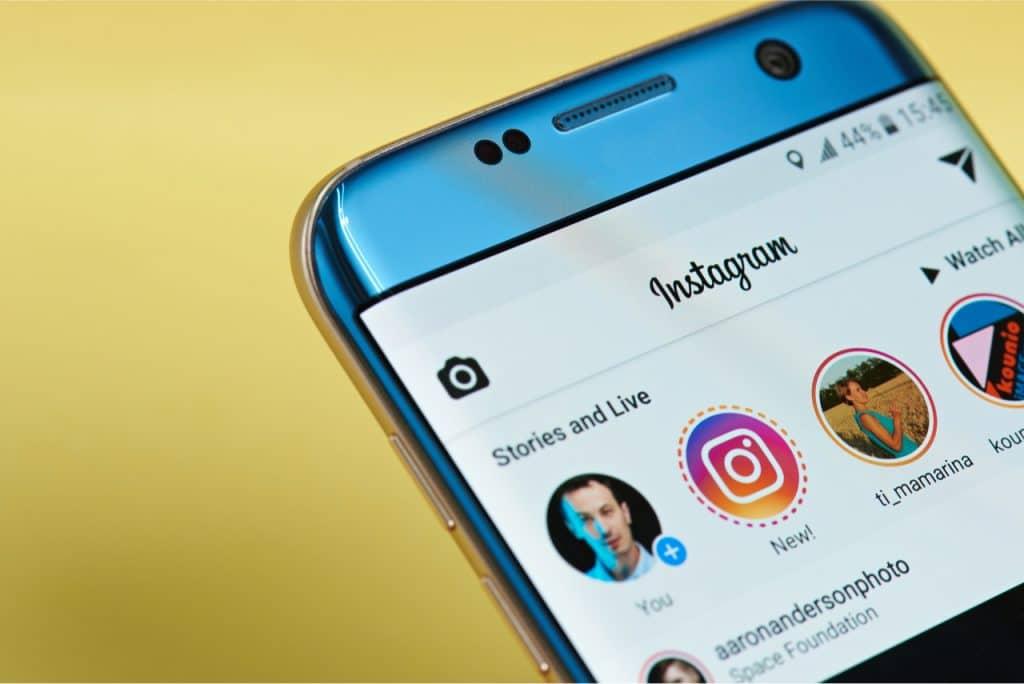 Imagem mostra o Instagram, sendo usado pelo celular. Versão infantil do app tem atraído críticas contra o Facebook