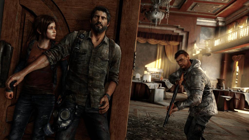 """Na imagem: cena do jogo """"The Last of Us"""", mostrando os protagonistas Joel e Elle se escondendo atrás de uma porta enquanto um homem com uma espingarda procura por eles ao fundo"""