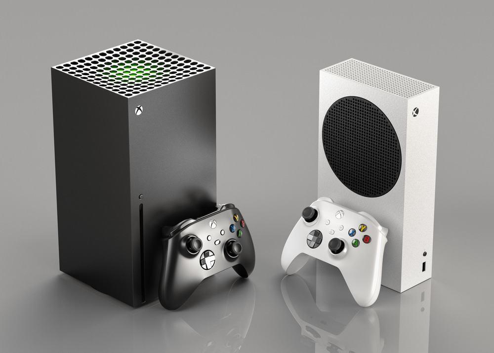 Imagem mostra os dois consoles de videogame da Microsoft, o Xbox Series E e o Xbox Series X, um ao lado do outro, acompanhados de seus respectivos controles.