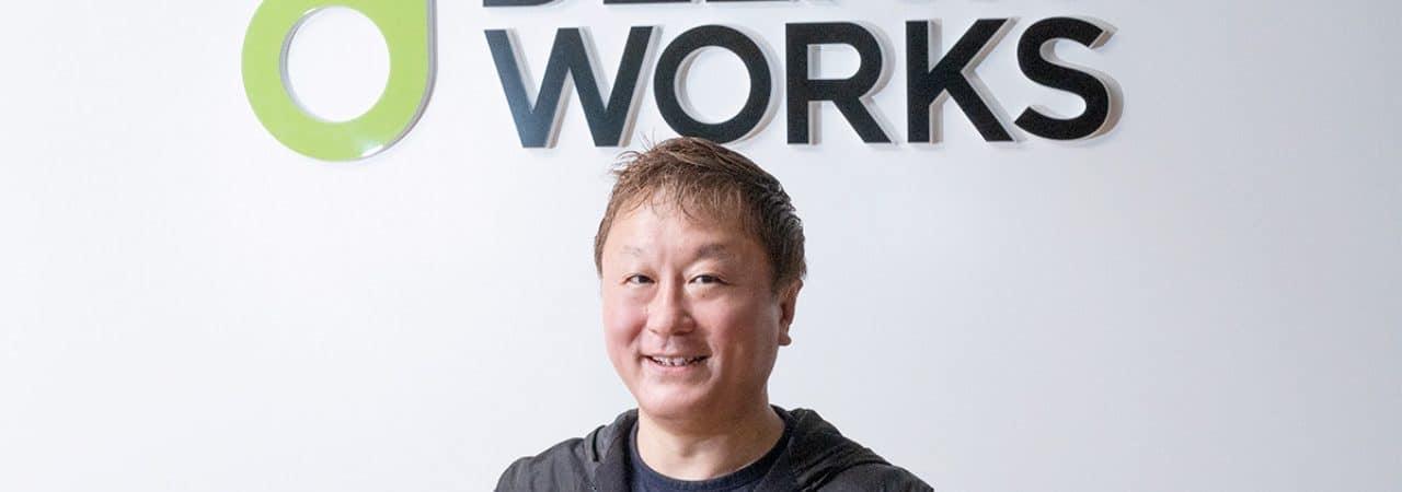 Yoshinori Ono é mostrado à frente da logomarca do estúdio Delightworks, onde ele vai trabalhar a partir de maio