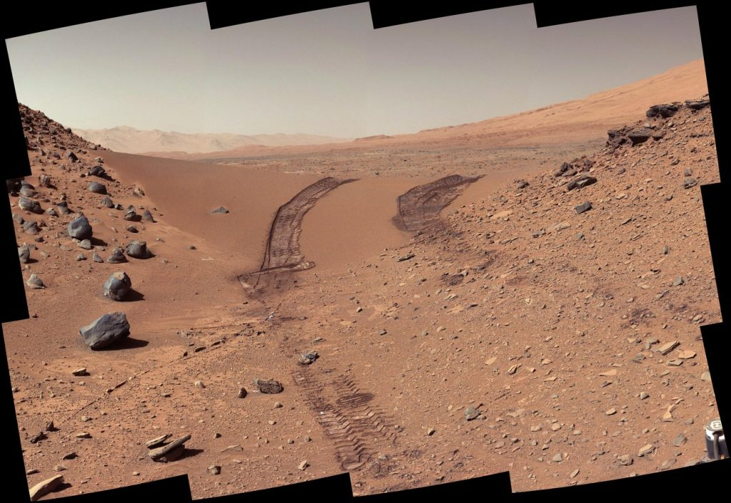 Imagem mostra o solo de Marte, onde sinais de sais orgânicos foram encontrados pelo robô Curiosity da Nasa