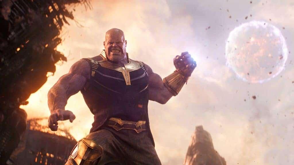 Thanos joga, literalmente, uma lua em cima dos Vingadores. Imagem: Marvel Studios/Divulgação