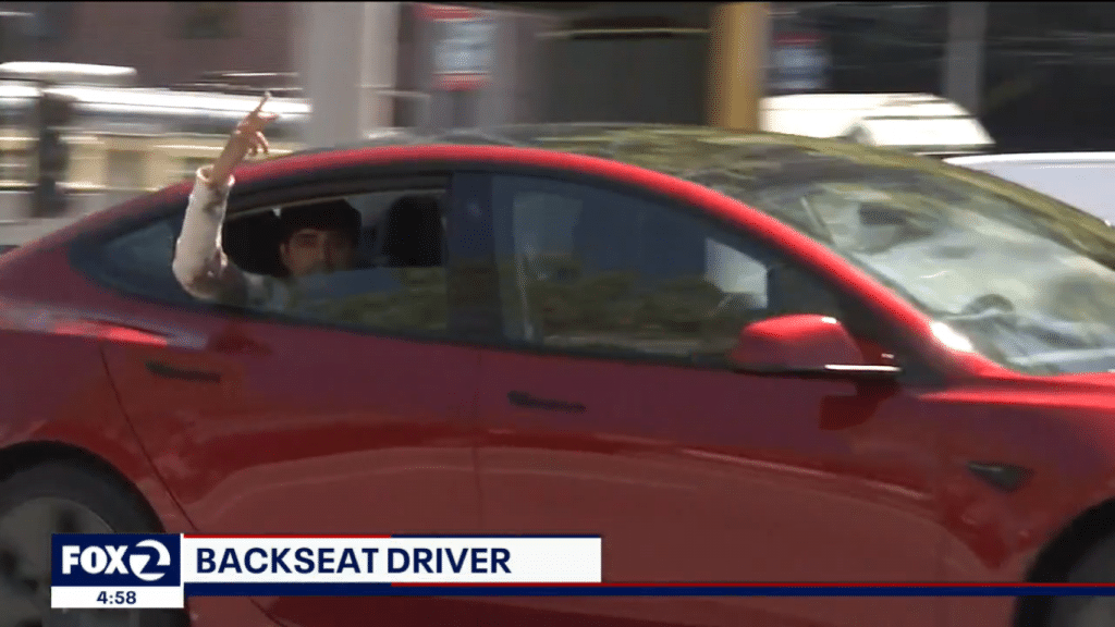 De novo: Tesla é flagrado no piloto automático, enquanto motorista está no banco de trás. Imagem: Fox/Reprodução