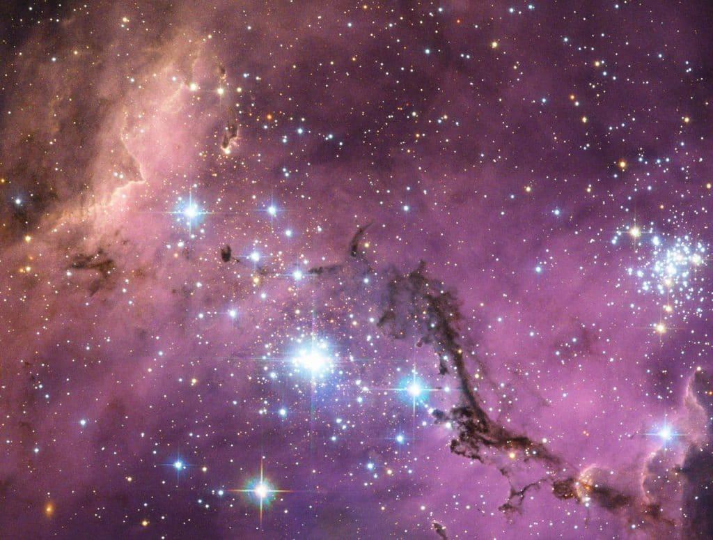 A Grande Nuvem de Magalhães, mostrada na imagem, é um conjunto de estrelas que formam a galáxia-anã, e ela pode ter a matéria escura produzindo os movimentos de seus corpos celestes