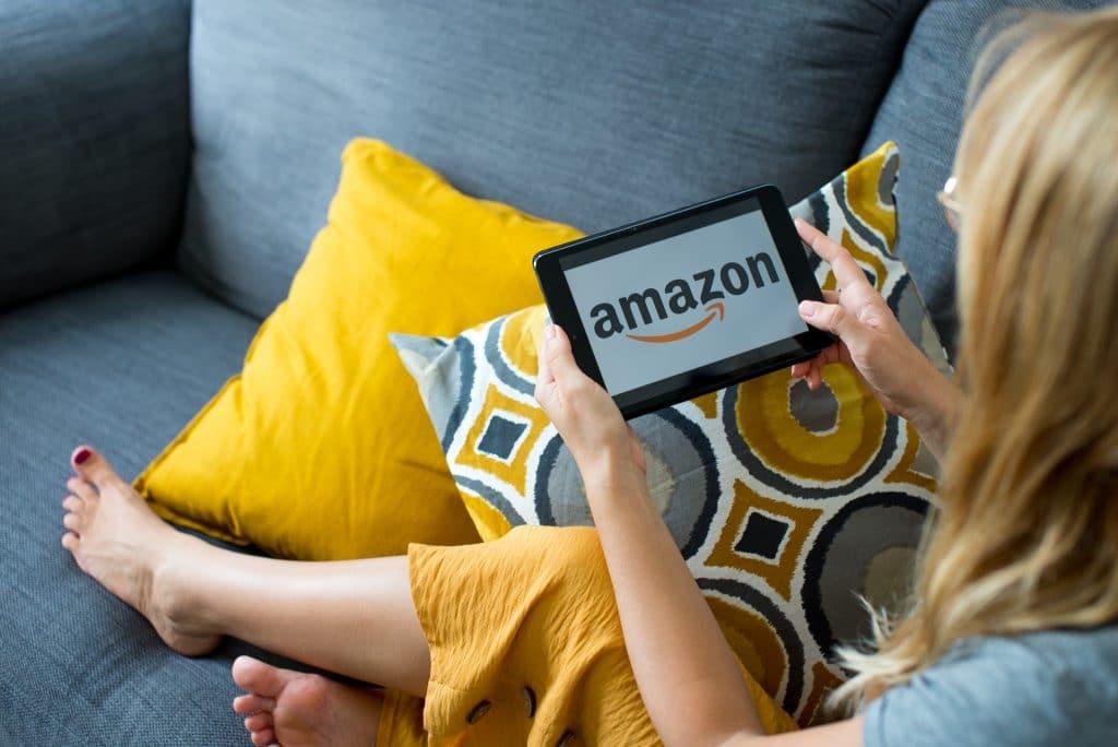 Mulher com tablet aberto na Amazon