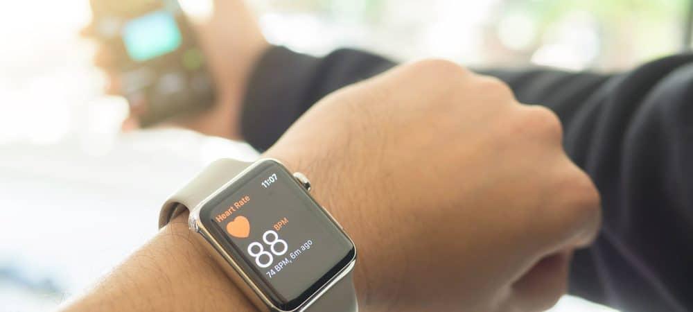 homem com relógio e celular da Apple