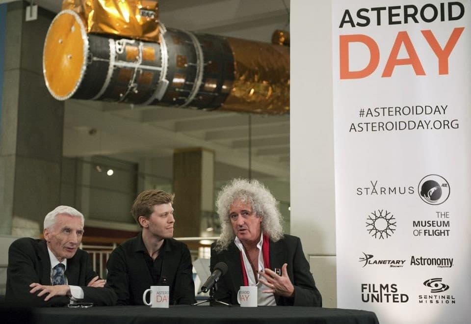 Astrônomo Real Lord Martin Rees, apoiador, cineasta Grig Richters, e guitarrista do Queen, Dr. Brian May, fundadores do Asteroid Day. Créditos: Max Alexander/asteroidday.org