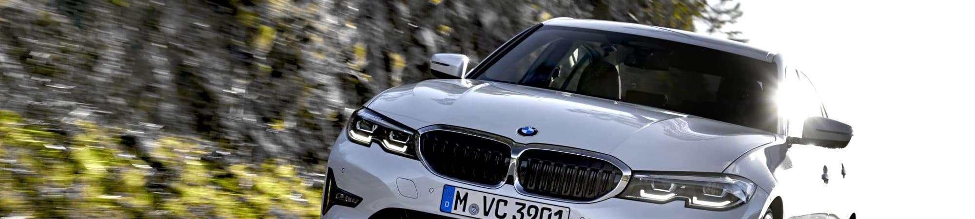 BMW 320i GP 2022 na estrada.