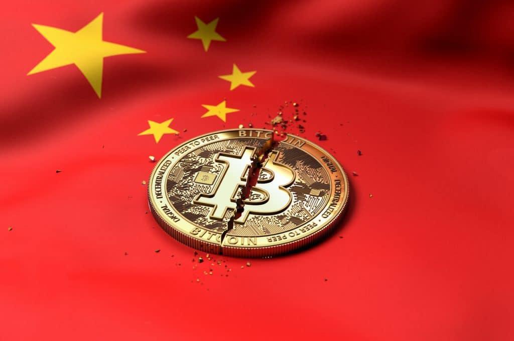 Representação de bitcoin sendo destruído pela China