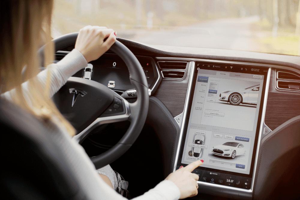 Tesla está buscando conductores para probar vehículos automáticos. Comunicado de prensa: el auto de Shutterstock Tesla adentro