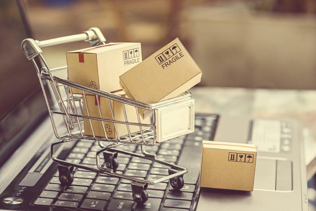 Carrinho de compras com caixas em cima de um teclado