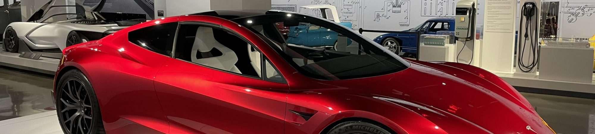 Imagem mostra o Tesla Roadster, carro superesportivo da Tesla, em exibição em um salão