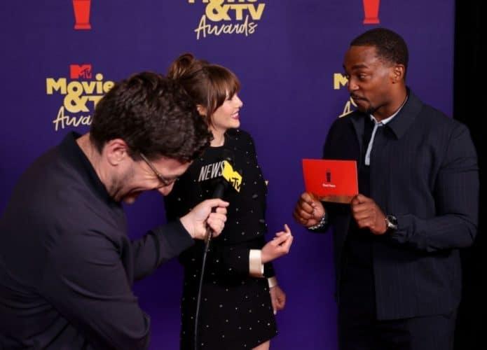 Elizabeth Olsen ('WandaVision') e Anthony Mackie ('Falcão e o Soldado Invernal') no tapete vermelho do MTV Movie Awards. Imagem: Reprodução/Youtube da MTV