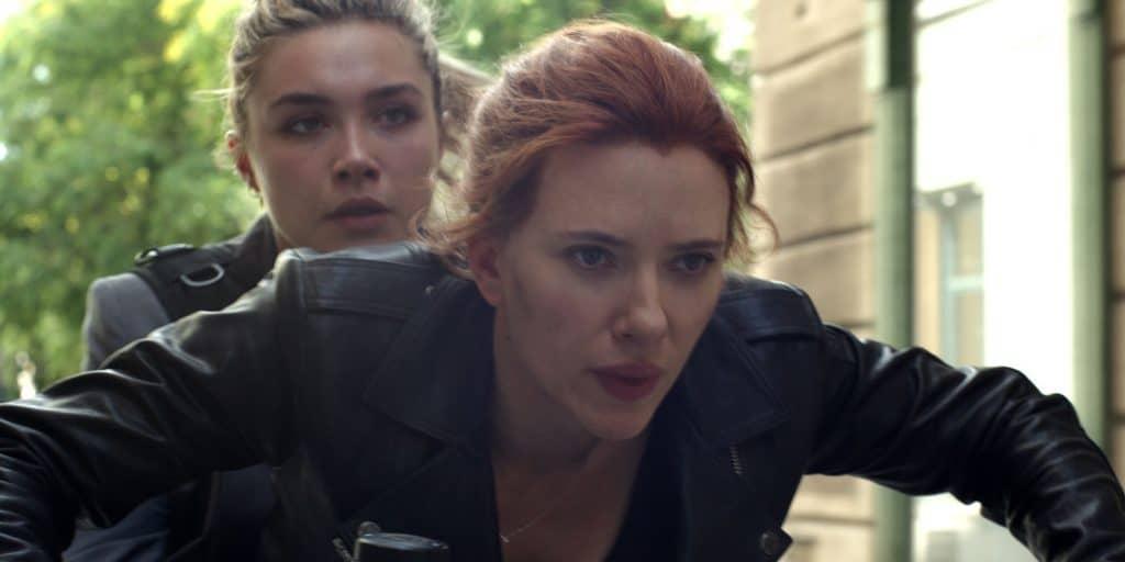 Natasha (Scarlett Johansson) e Yelena (Florence Pugh) fogem de assassina em cena inédita de 'Viúva Negra'. Imagem: Marvel Studios/Divulgação