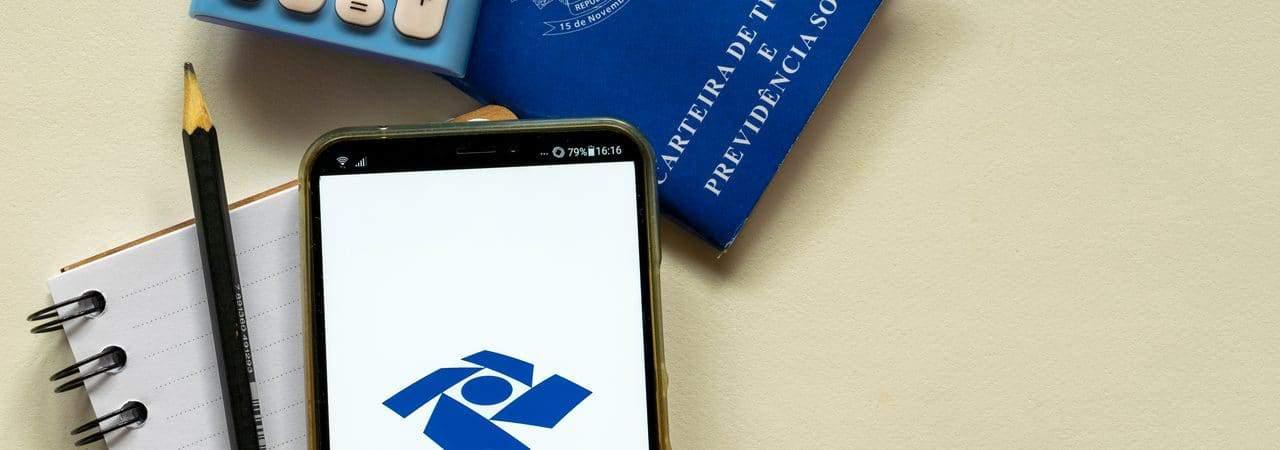 Logo do Imposto de Renda exibido em smartphone
