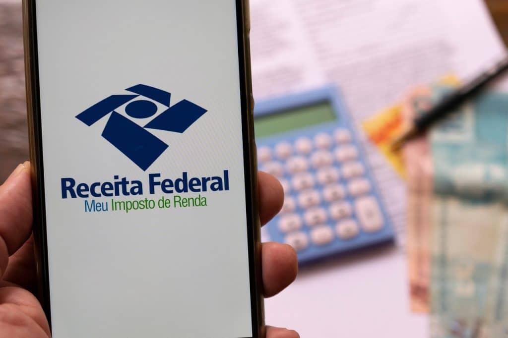 Aplicativo Meu Imposto de Renda exibido em smartphone