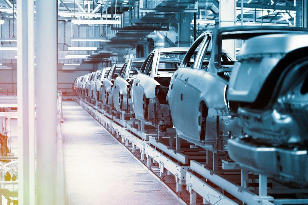 Ilustração de paralisação das operações de fábricas automobilísticas por conta da crise dos chips