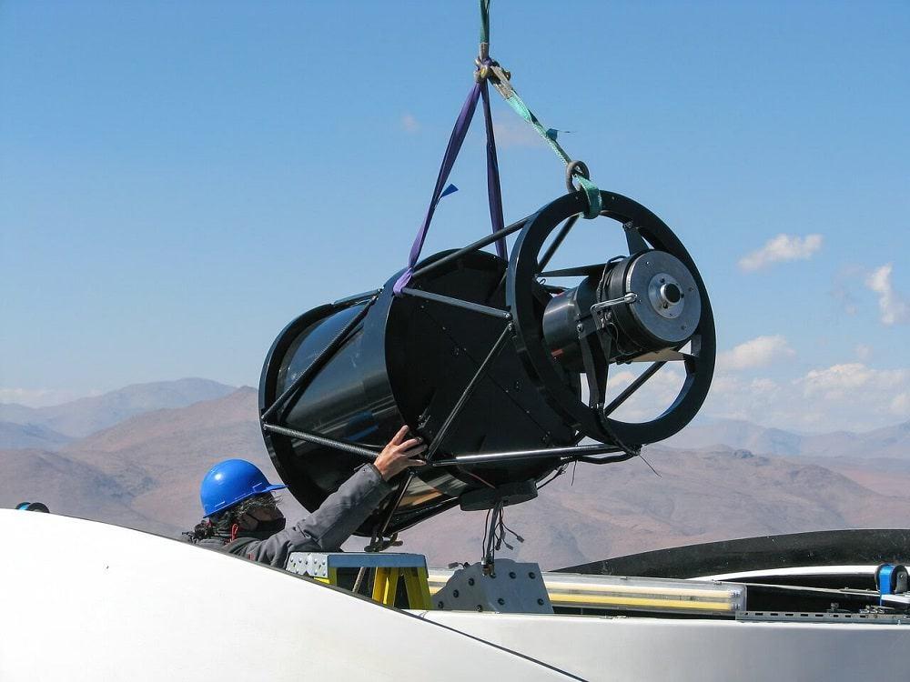 Instalação do Telescópio Bed-Test 2 no observatório em La Silla. Créditos: eso.org