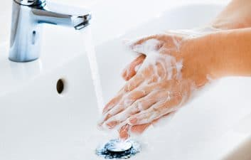 Mais da metade dos adolescentes não lava bem as mãos, aponta estudo