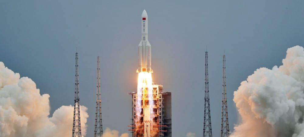 Lançamento do Longa Marcha 5B com o primeiro módulo da estação espacial chinesa. O primeiro estágio é onde estão os propulsores auxiliares.