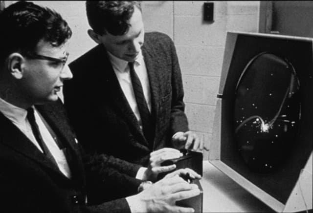 Estudantes do MIT jogando 'Spacewars!'. A foto não foi datada, mas a instituição acredita que deva ter sido tirada entre 1962 e 1965. Imagem: Institute Archives | Distinctive Collections - MIT Libraries/Reprodução