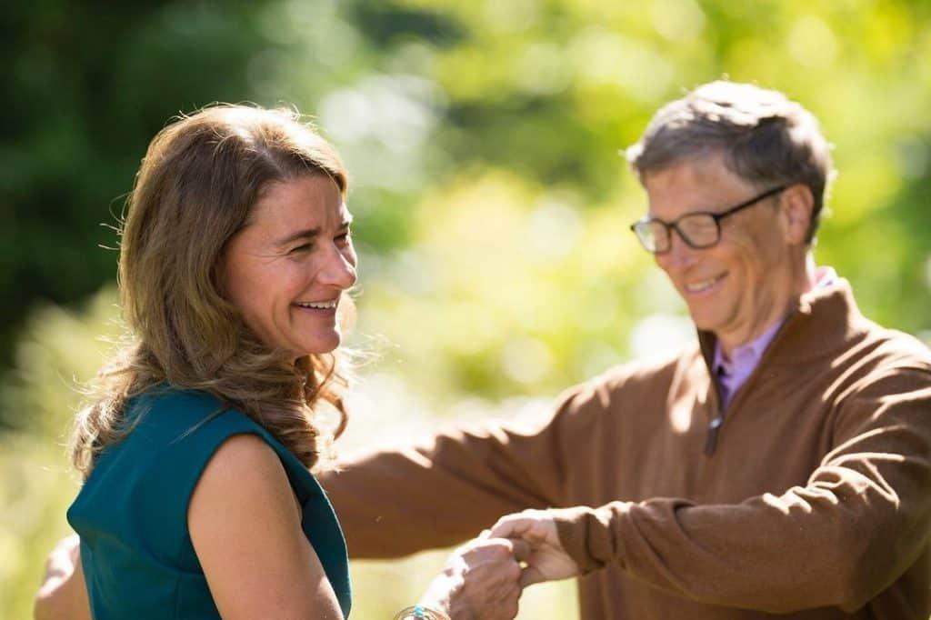 Melinda e Bill Gates de mãos dadas