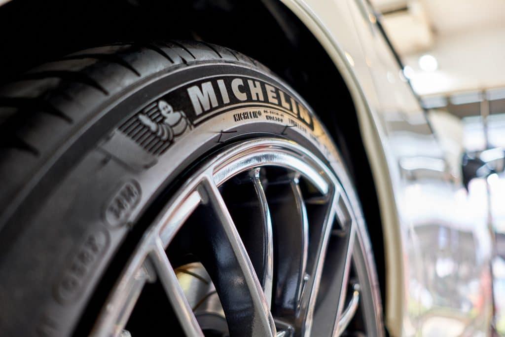 Michelin está lançando pneus exclusivos para veículos elétricos... mas, por que?. Imagem: KULLAPONG PARCHERAT / Shutterstock.com