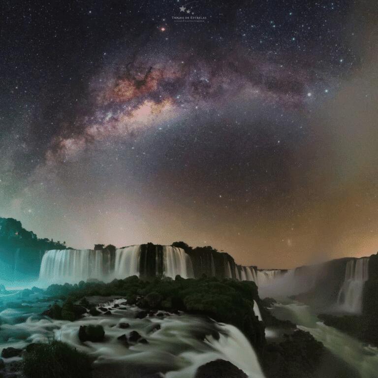 Foto mostra as cataratas do Iguaçu, tirada à noite e mostrando o céu estrelado. Foto foi eleita uma das melhores imagens da Via Láctea.
