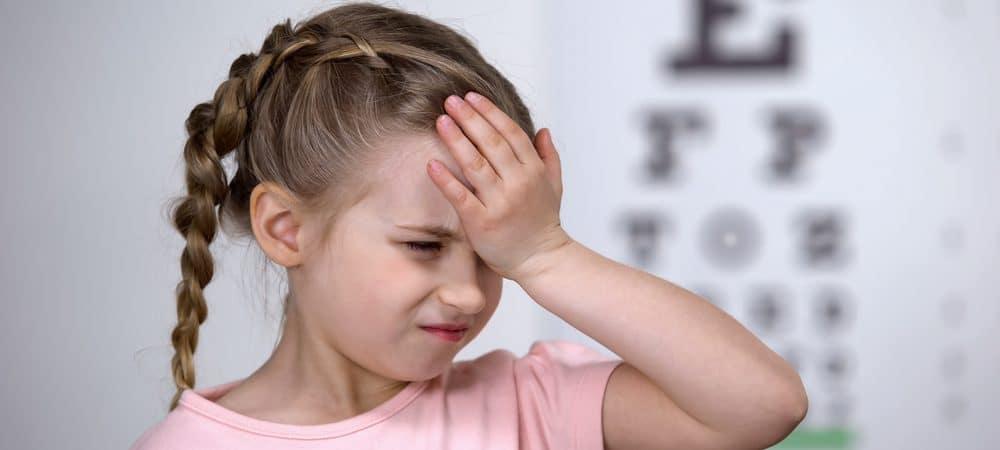 Criança coçando o olho