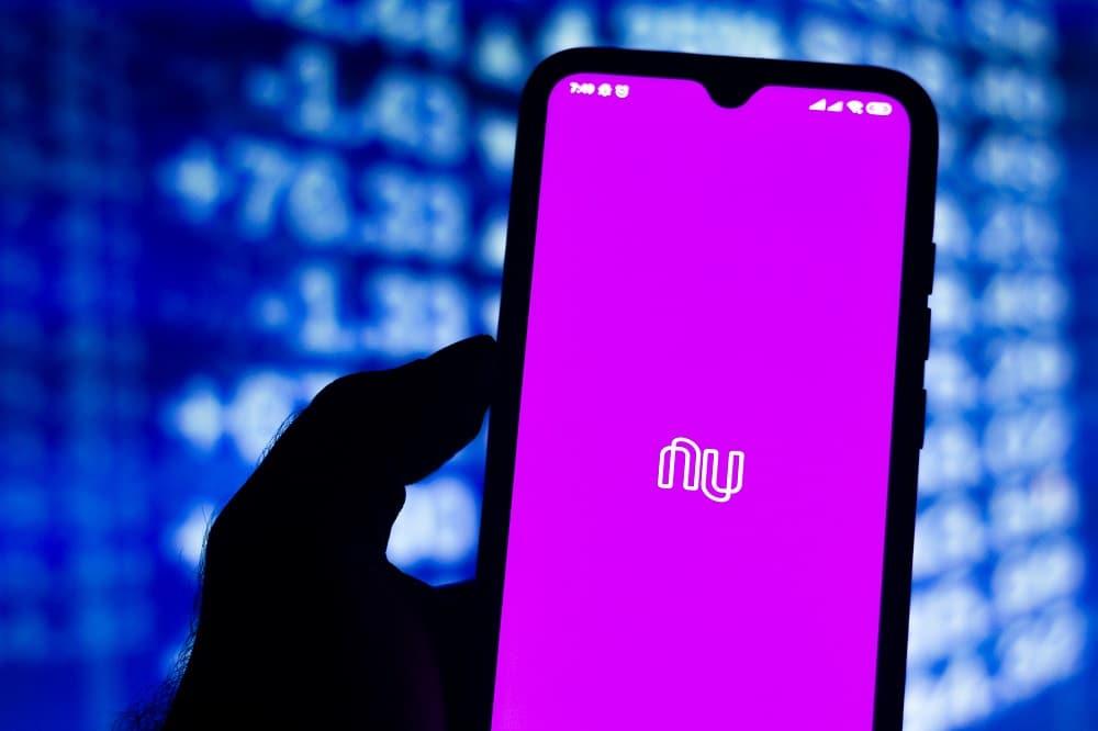 Logo antigo do Nubank aparece na tela de um celular