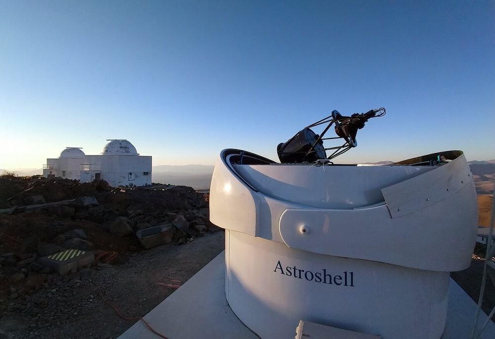 O Telescópio Bed-Test 2 com outros telescópios de La Silla ao fundo. Créditos: eso.org