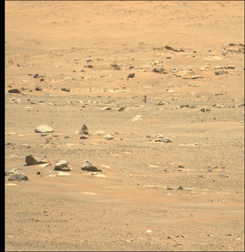 Foto do helicóptero Ingenuity tirada pelo rover Perseverance