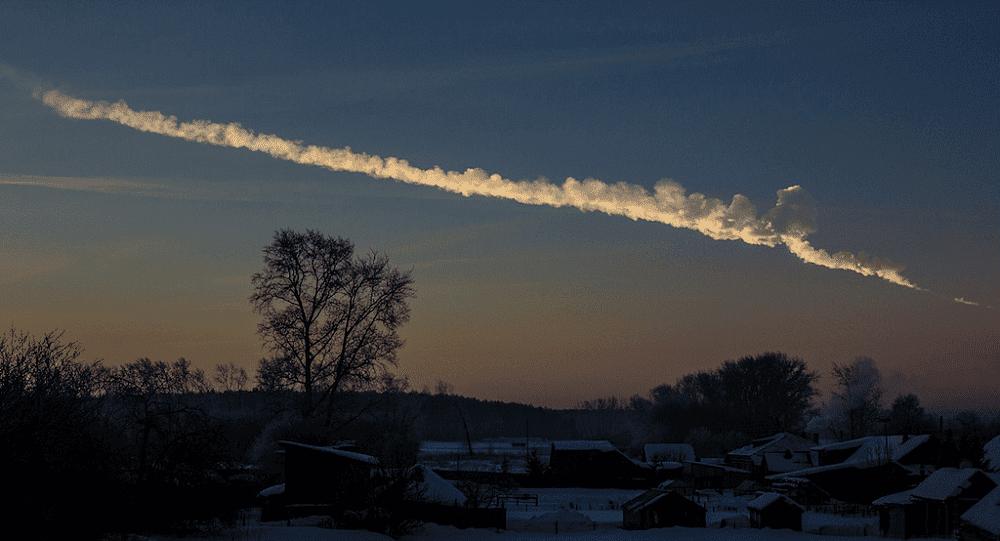Rastro deixado pelo meteoro de Cheliabinsky ao amanhecer. Créditos: Alex Alishevskikh / Wikimedia